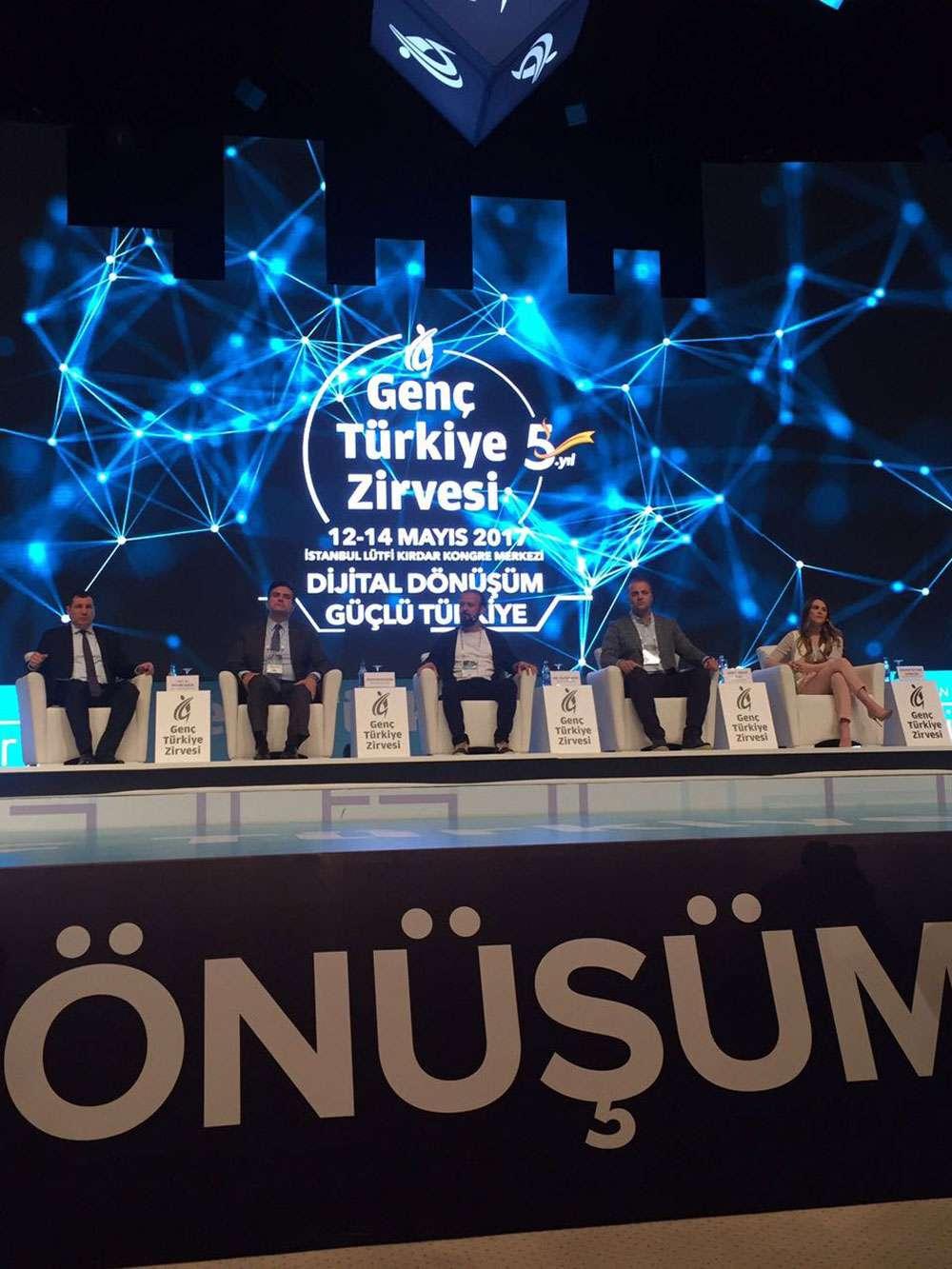 Dr Özgür AKIN İstanbulda Genç Türkiye Zirvesinde Gençlerle Buluştu - 2